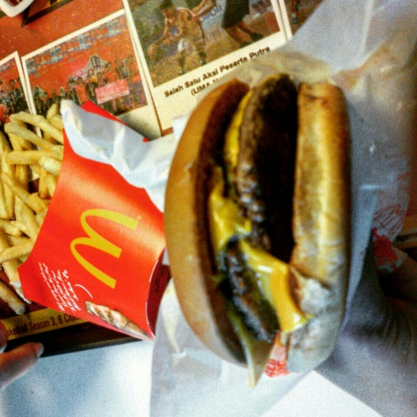 Photo taken at McDonald's by Eva Y. on 9/6/2015