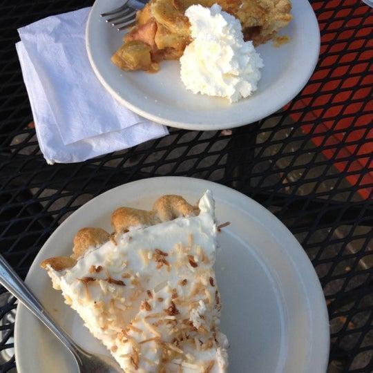 10/4/2012 tarihinde Lynne V.ziyaretçi tarafından Random Order Pie Bar'de çekilen fotoğraf