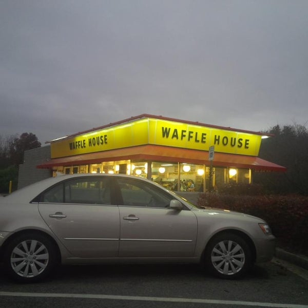 Photo taken at Waffle House by Richard S. on 11/12/2013