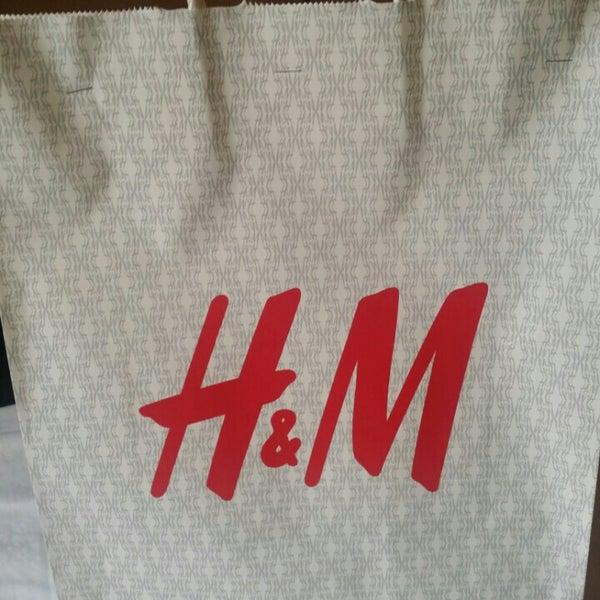 Das Foto wurde bei H&M von bee ching G. am 5/9/2015 aufgenommen