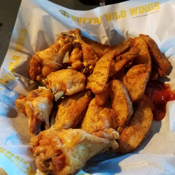 Photo taken at Buffalo Wild Wings by Byron M. on 11/18/2017