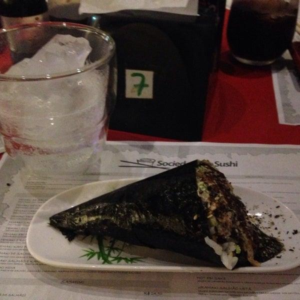Foto tirada no(a) Sociedade do Sushi por Larissa G. em 9/5/2014