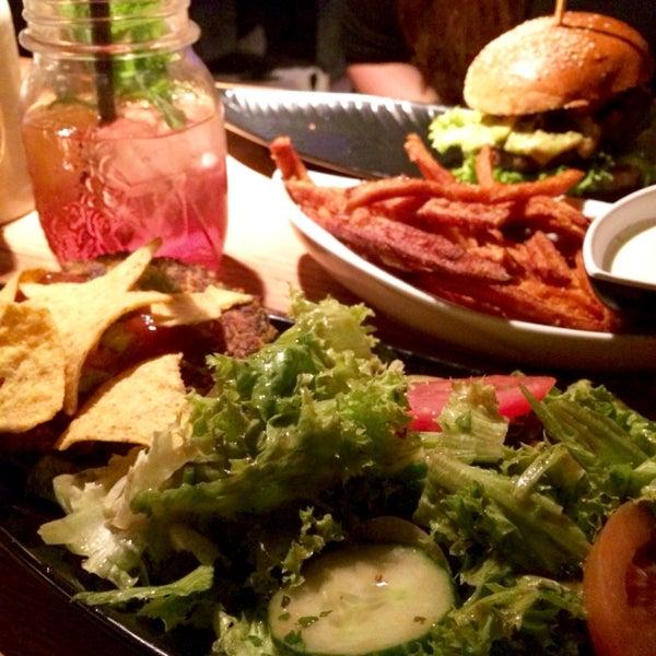 Yummy! 2 vegetarische Burger zur Auswahl: Ziegen-Peter & Karma, süßkartoffelpommes der Hammer und mein Tipp: einen der Durstlöscher probieren