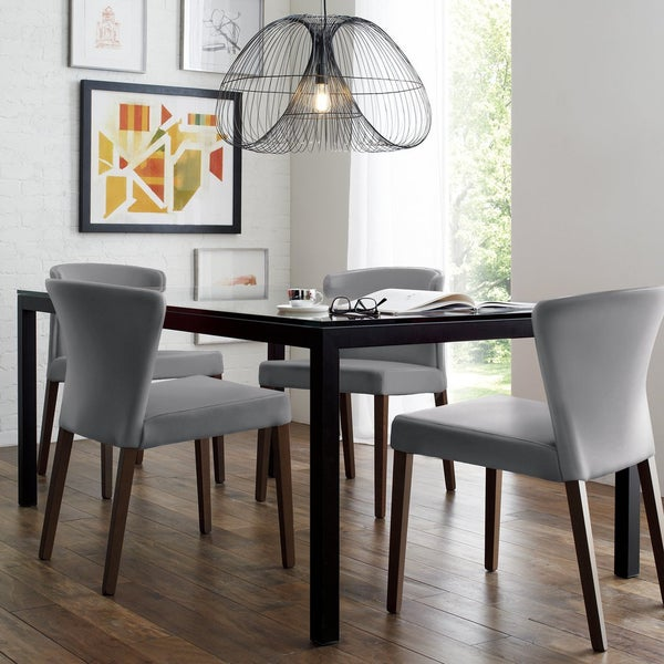 Удобные спинки стульев для столовой Curran приглашают откинуться и насладиться вкусным обедом за приятной беседой.