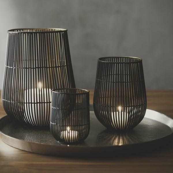 Подсвечники Kent сделаны с особым вниманием к деталям. Внешняя часть металлических прутьев, из которых состоят подсвечники, окрашена в чёрный цвет, а внутренняя – в золотой.