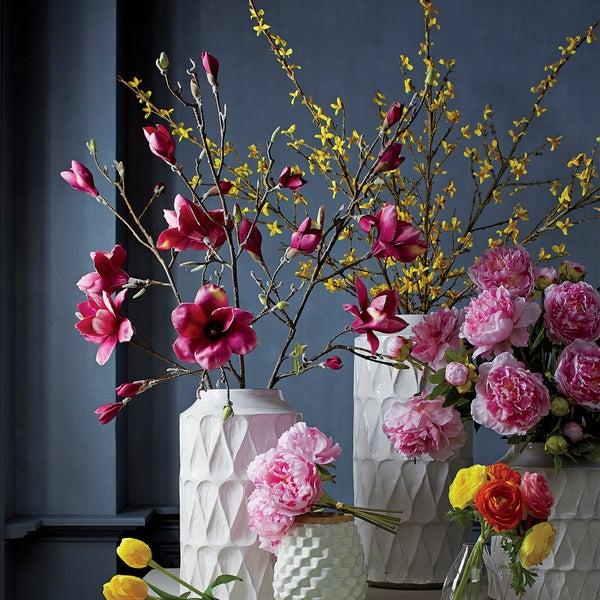 Создайте весеннее настроение с помощью керамических ваз из коллекции Kora и ярких цветов розовой магнолии и пионов.