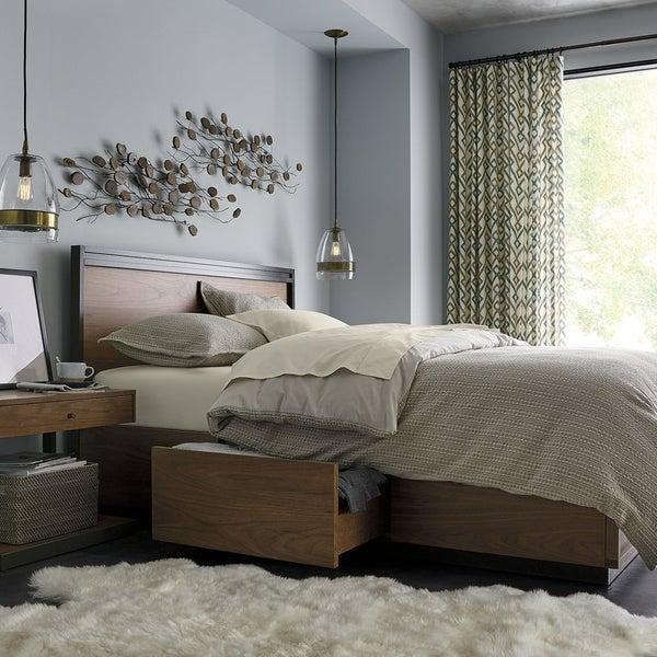 Blair – настоящая мечта любителей комфорта и функциональности в дизайне интерьеров. Благодаря 6 большим ящикам, расположенным по периметру основания, кровать решает проблему хранения вещей в спальне.