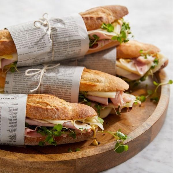 Устройте пикник в стиле Parisienne! Сэндвичи из багета, поданные на подносе Ike, – быстрое и стильное решение.