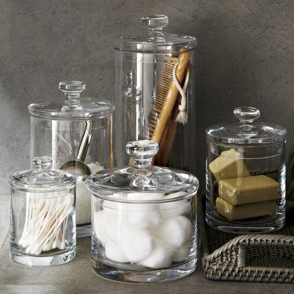 Организуйте идеальный порядок в ванной комнате с помощью прозрачных ёмкостей от Crate and Barrel.