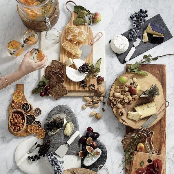 Сервировочные доски от Crate and Barrel выгодно подчеркнут подачу любимых закусок и однозначно произведут впечатление на гостей.