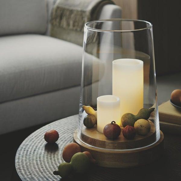 Дополните элегантный подсвечник Ellery ручной работы несколькими свечами разных размеров и осенним декором.