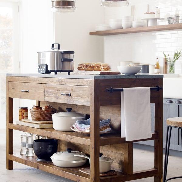 Кухонный остров Bluestone сочетает в себе основание из переработанной древесины сосны с прочной столешницей из песчаника.