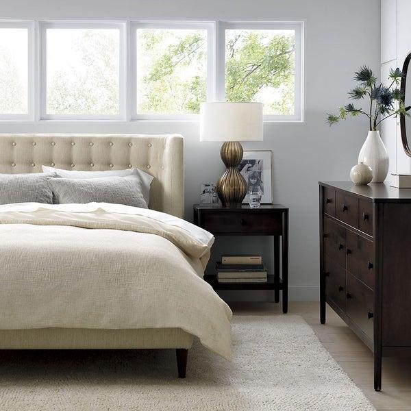 Мебель, высококлассный текстиль и оригинальный декор для спальни ждут вас в Crate and Barrel.