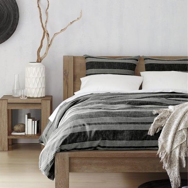 Просторная кровать, демонстрирующая всю красоту природных текстур. Кровать Big Sur – прекрасное решение для современной спальни.