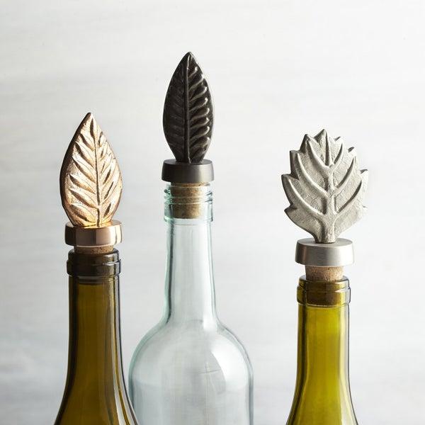 Пробки для хранения откупоренных бутылок, украшенные металлическими листьями, – это именно тот случай, когда красота кроется в деталях.