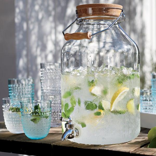 Оригинальный способ подачи прохладительных напитков – диспенсер Acrylic от Crate and Barrel.