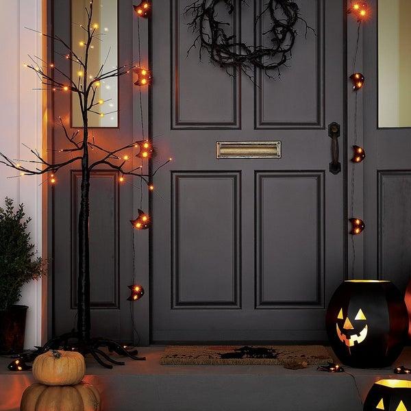 Все для украшения дома ко Дню Всех Святых вы найдете на полках Crate and Barrel. Halloween уже скоро, торопитесь!