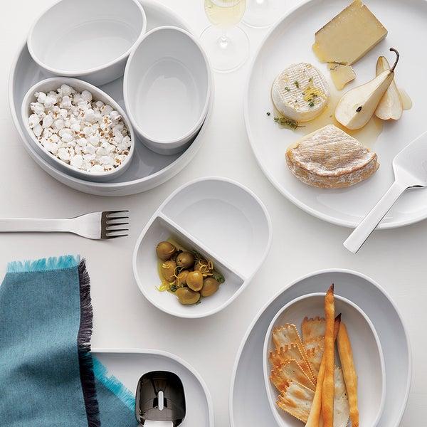 Свобода творчества - это одно из преимуществ коллекции посуды белого цвета. Используйте для сервировки закусок коллекцию Form от дизайнера Аарона Пробина.