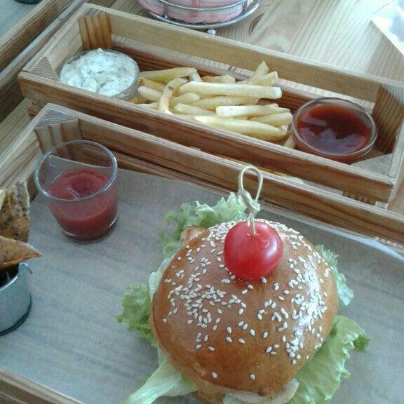 Снимок сделан в Fan Burger Bar пользователем Daneli T. 5/5/2016