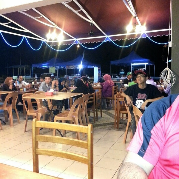 Photo taken at Teratak D'lalapan Restoran Kampung & Katering by Yani S. on 1/7/2013