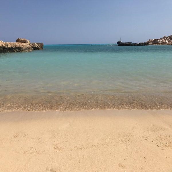 Красивый чистый пляж, тихо, по сравнению с соседним нисси как небо и земля. Добраться пешком проблематично