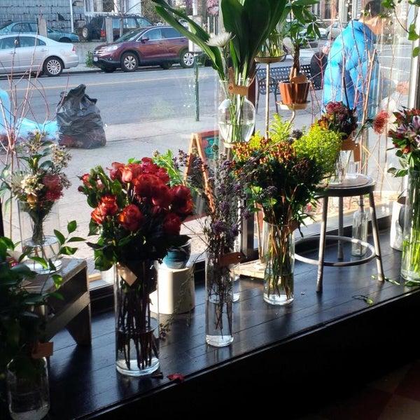 Das Foto wurde bei Sycamore Flower Shop + Bar von Ravish M. am 4/14/2013 aufgenommen