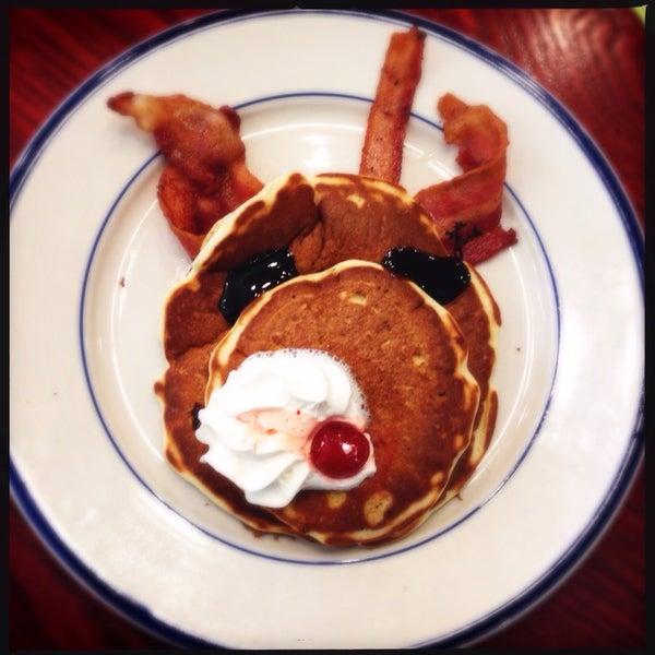 Photo taken at Bob Evans Restaurant by Vivian d. on 11/21/2014