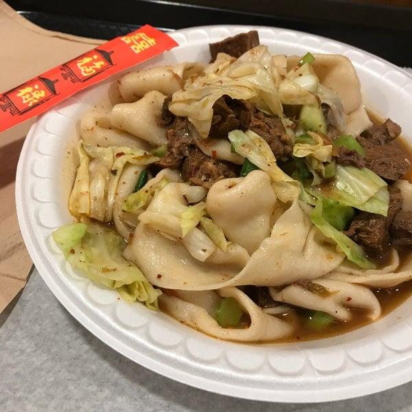 Foto tirada no(a) Xi'an Famous Foods por Susan H. em 8/5/2017