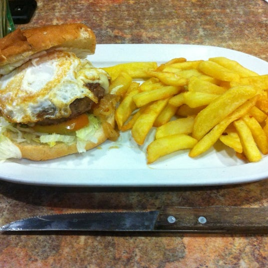 Hamburguesa especial. Incluye patatas fritas.