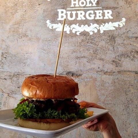 Das Foto wurde bei Holy Burger von Holy Burger am 9/27/2014 aufgenommen
