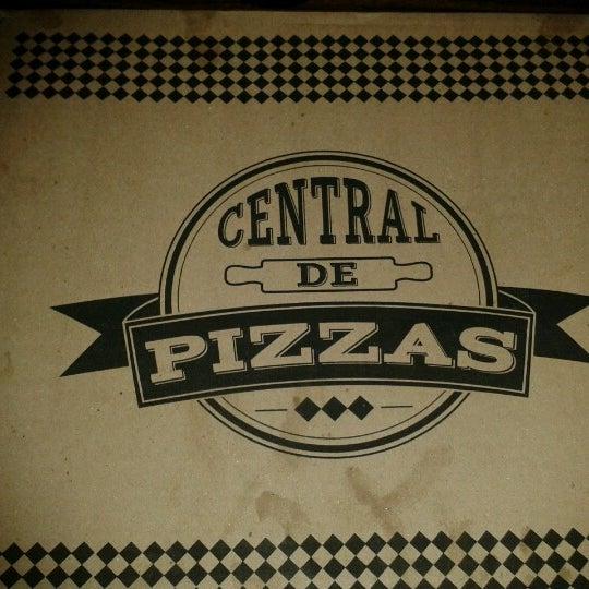 Foto tomada en Central de Pizzas por Lore N. el 1/19/2013