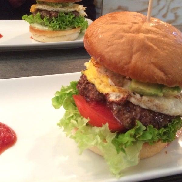 Das Foto wurde bei Holy Burger von Andrea C. am 6/2/2014 aufgenommen