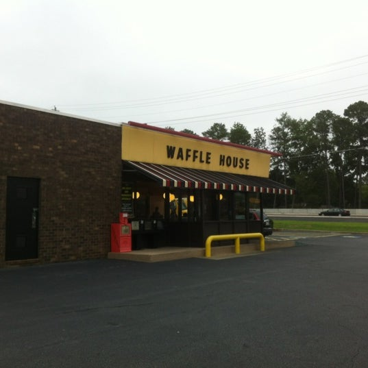 Photo taken at Waffle House by Wesley S. on 8/10/2012