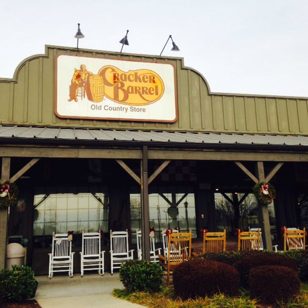 Photo taken at Cracker Barrel Old Country Store by Lisa Z. on 12/19/2014