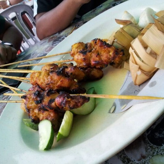 Photo taken at Satay Hut by king a. on 10/31/2012