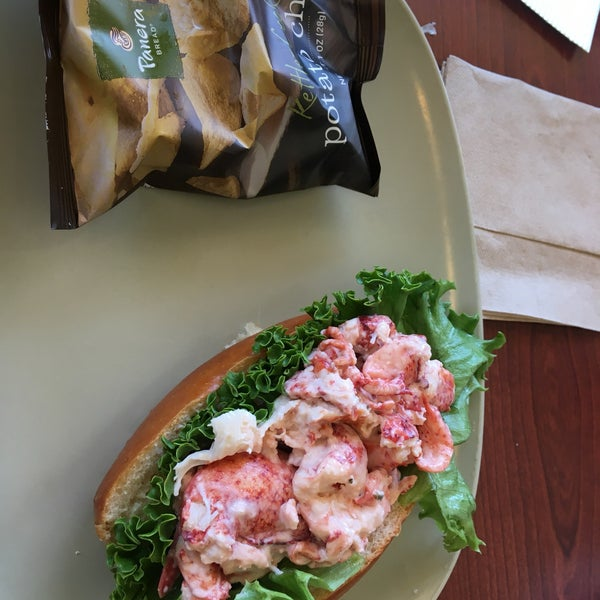 The lobster roll is average in taste, but they sure don't skimp on the lobster meat.
