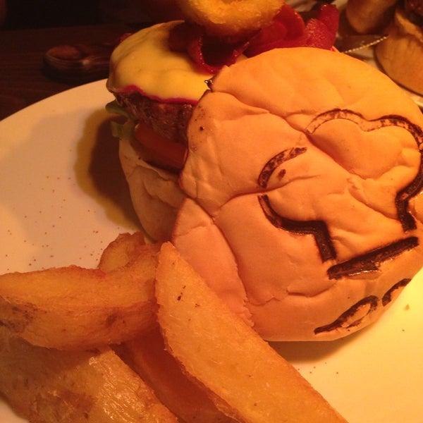 Lugar bacana! Hambúrguer sensacional, e sobremesa Maravilhosa! Se come pouco, melhor dividir pq é muuuuito bem servido.