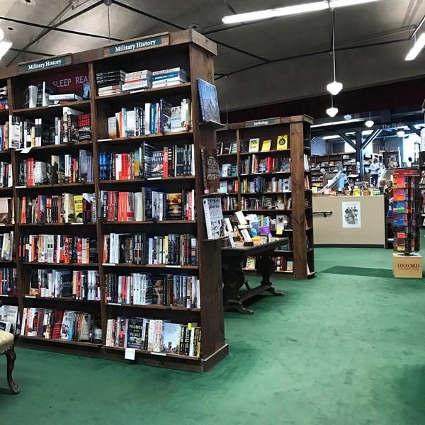 รูปภาพถ่ายที่ Tattered Cover Bookstore โดย Lisa H. เมื่อ 9/13/2017