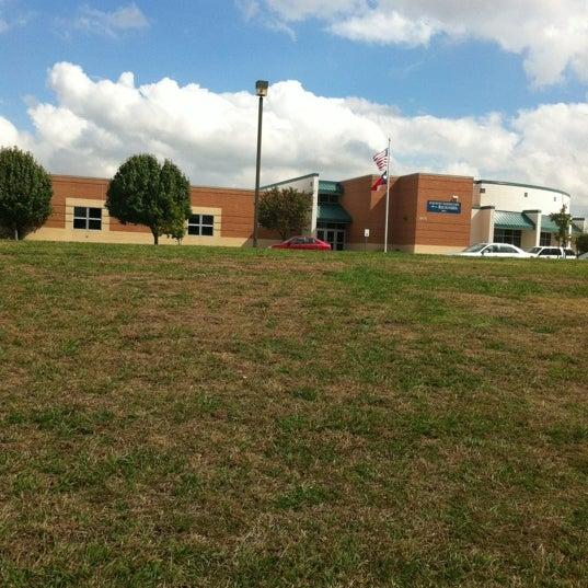 Foto tomada en Oakmont Elementary por Katherine S. el 10/11/2012