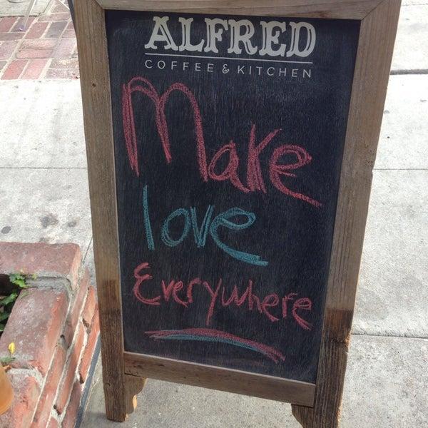 Photo prise au Alfred Coffee & Kitchen par Becca S. le6/22/2013