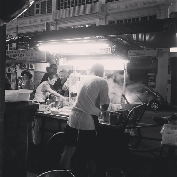 Photo taken at Chulia St. Night Hawker Stalls by Ng R. on 10/6/2013
