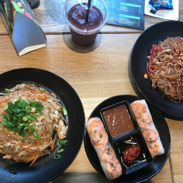 Снимок сделан в Joly Woo Стрит-фуд кафе вьетнамской кухни пользователем Anna T. 9/23/2017