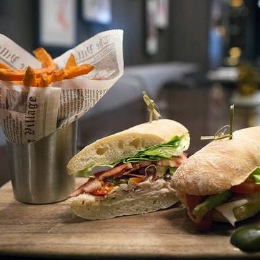 A go-to is the classic turkey club, updated with sliced, spicy peppers and avocado, served with an option of sweet-potato fries. Appealing appetizers include jumbo shrimp cocktail and fried calamari.