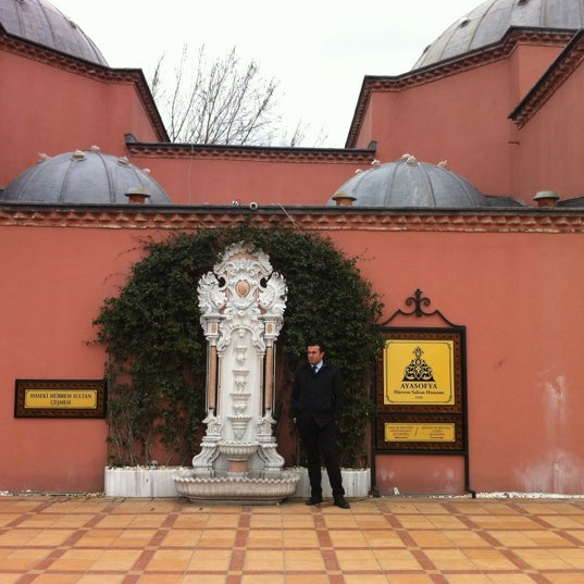 Das Foto wurde bei Ayasofya Hürrem Sultan Hamamı von Serdar Ü. am 3/13/2012 aufgenommen