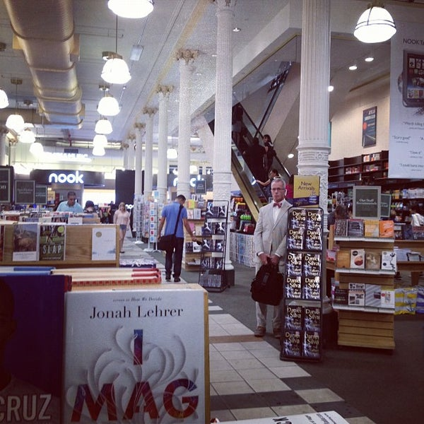 Foto tomada en Barnes & Noble por Melody L. el 7/18/2012