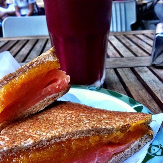 O sanduiche de salmão defumado com pasta de damasco é show de bola!