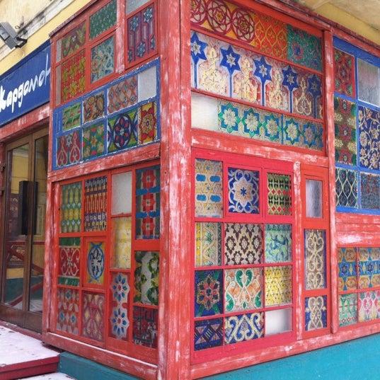 Снимок сделан в Кофейня «Кардамон» и лавка «Коллекция Пустяков» пользователем Vlad R. 2/12/2012