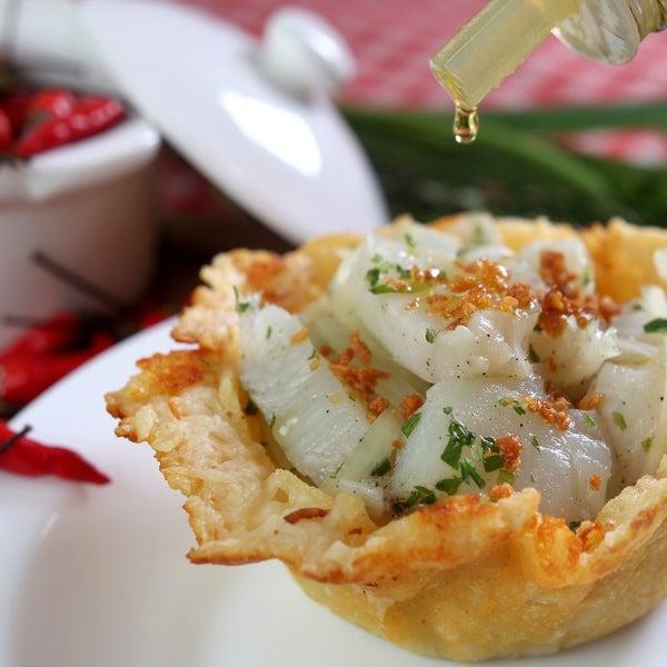 """Prato 2012: """"BACANINHO"""": Cestinha de parmesão com batata, recheada com lombo de bacalhau puxado no azeite e alho."""