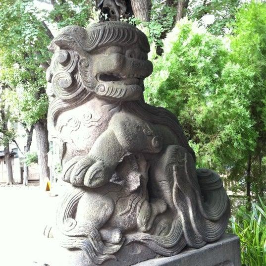 鳥居わきの狛犬。右手の狛犬は子育ての狛犬だそうな。よく見ると授乳中。