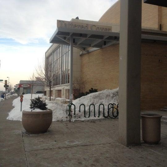 รูปภาพถ่ายที่ Tattered Cover Bookstore โดย Ian D. เมื่อ 2/12/2012